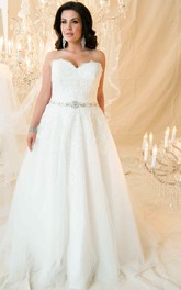 Sweetheart A-line Lace plus size Wedding Dress With Appliques And Court Train